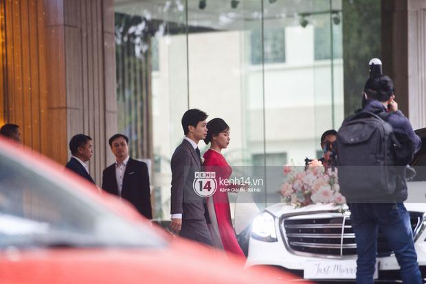 Vì sao vợ Công Phượng lại cầm nón che bụng trong đám cưới?-1
