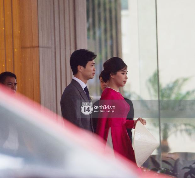 Vì sao vợ Công Phượng lại cầm nón che bụng trong đám cưới?-2