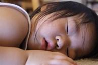 Trước khi đi ngủ 1 tiếng cha mẹ tuyệt đối không được làm 3 điều này với trẻ