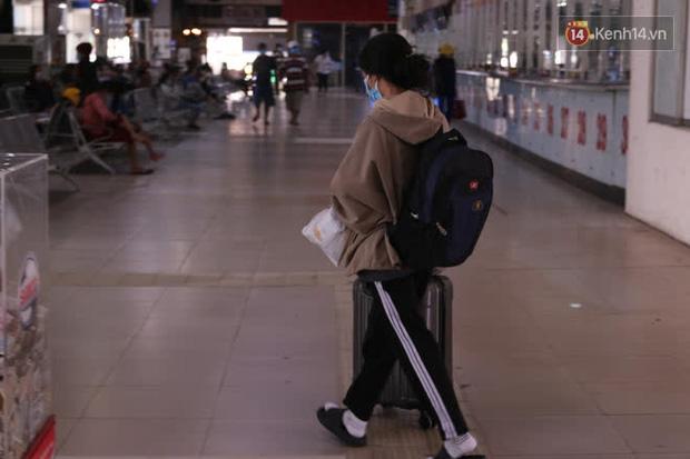 Sinh viên TP.HCM khẩu trang kín mít, lỉnh kỉnh hành lý về quê vì nghỉ học-2