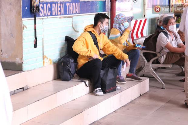Sinh viên TP.HCM khẩu trang kín mít, lỉnh kỉnh hành lý về quê vì nghỉ học-3