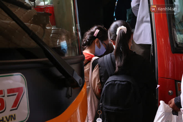 Sinh viên TP.HCM khẩu trang kín mít, lỉnh kỉnh hành lý về quê vì nghỉ học-4