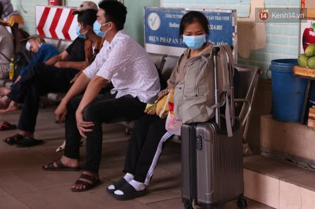 Sinh viên TP.HCM khẩu trang kín mít, lỉnh kỉnh hành lý về quê vì nghỉ học-5
