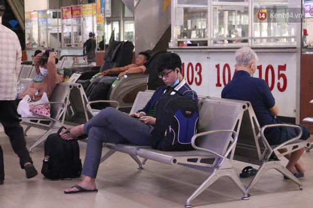 Sinh viên TP.HCM khẩu trang kín mít, lỉnh kỉnh hành lý về quê vì nghỉ học-6