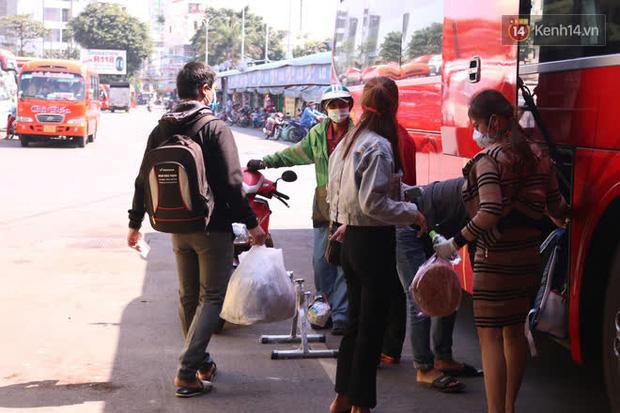Sinh viên TP.HCM khẩu trang kín mít, lỉnh kỉnh hành lý về quê vì nghỉ học-11
