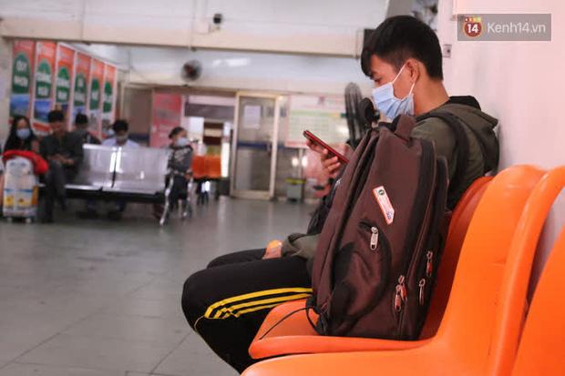 Sinh viên TP.HCM khẩu trang kín mít, lỉnh kỉnh hành lý về quê vì nghỉ học-14