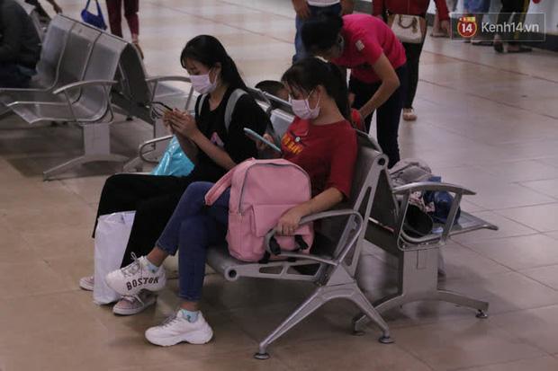 Sinh viên TP.HCM khẩu trang kín mít, lỉnh kỉnh hành lý về quê vì nghỉ học-1