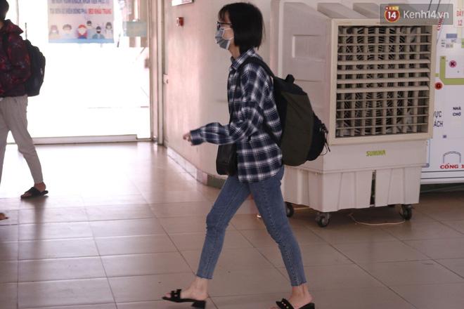 Sinh viên TP.HCM khẩu trang kín mít, lỉnh kỉnh hành lý về quê vì nghỉ học-7
