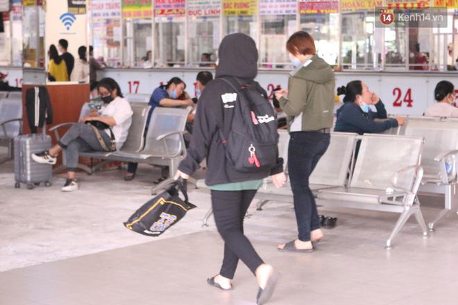 Sinh viên TP.HCM khẩu trang kín mít, lỉnh kỉnh hành lý về quê vì nghỉ học-9