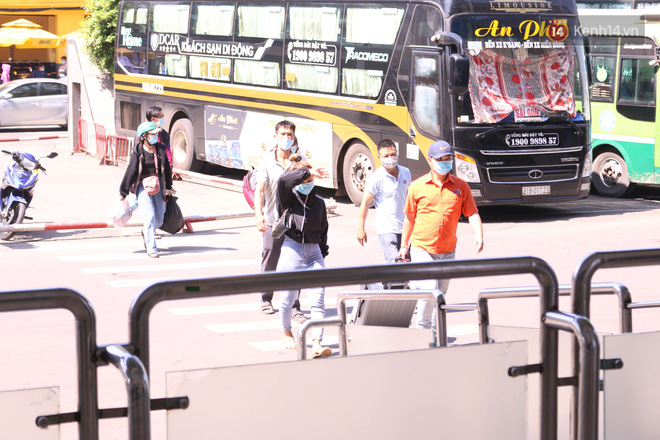 Sinh viên TP.HCM khẩu trang kín mít, lỉnh kỉnh hành lý về quê vì nghỉ học-10