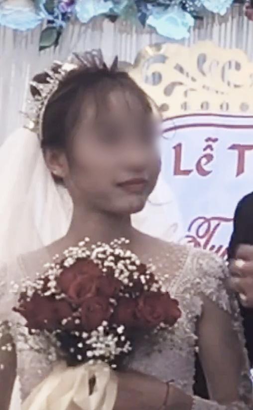 Cô dâu số nhọ: Chưa kịp vui vì có bạn lên mừng cưới đã đứng tim khi thấy nam thanh niên ôm chú rể hôn thắm thiết!-3