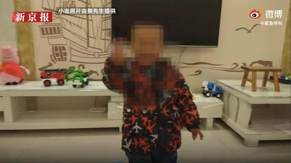 Con trai chết bất thường khi ngủ trưa, gia đình phẫn nộ tố cáo nhà trường, hình ảnh bất động của đứa bé được ghi lại gây chú ý-2