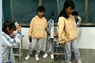 'Em đập tiếp đi' - hành động của giáo viên với 3 nữ sinh khiến hội phụ huynh tranh cãi nảy lửa