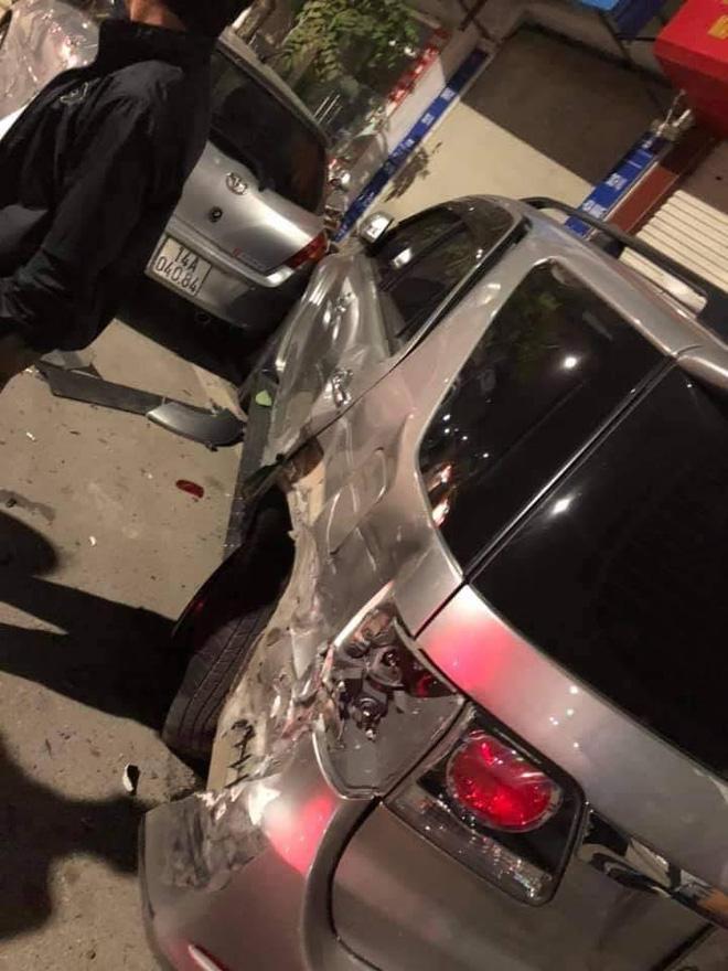 Clip: Ô tô con mất lái, đâm kinh hoàng xe 7 chỗ bên đường - hiện trường khiến nhiều người xót xa-2