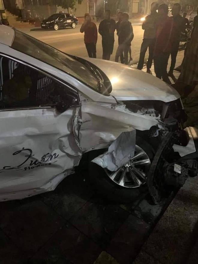 Clip: Ô tô con mất lái, đâm kinh hoàng xe 7 chỗ bên đường - hiện trường khiến nhiều người xót xa-3