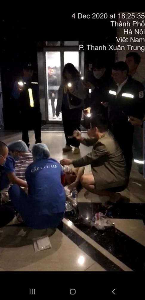 Hà Nội: Từ thang máy bước ra sảnh không có lan can, người đàn ông ngã từ tầng 2 xuống đất chấn thương nặng-2
