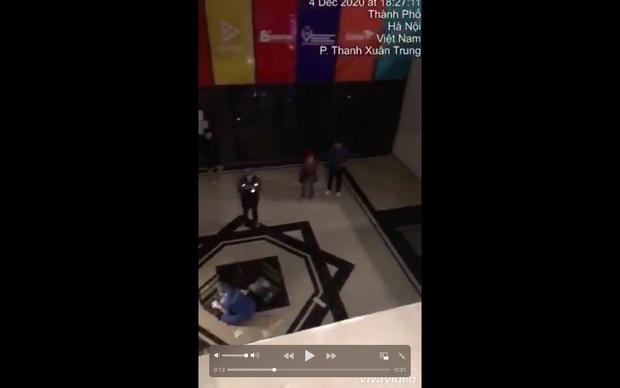 Hà Nội: Từ thang máy bước ra sảnh không có lan can, người đàn ông ngã từ tầng 2 xuống đất chấn thương nặng-4
