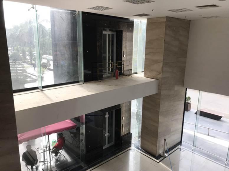 """Vụ người đàn ông rơi từ tầng 2 thang máy chung cư xuống đất ở Hà Nội: Thang do chủ đầu tư lắp đặt thêm, sai thiết kế và vận hành chui""""-2"""