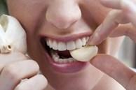 Không phải nhai kẹo cao su, muốn khử mùi hôi miệng sau khi ăn tỏi hãy làm theo cách này
