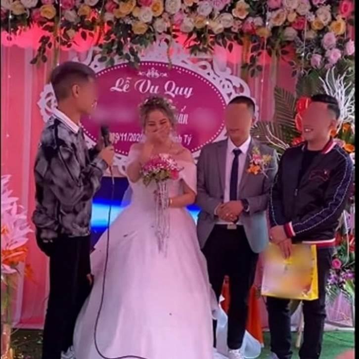 Biết em gái lười rửa bát nên ngày cưới anh trai đã lên sân khấu tặng một thứ bất ngờ, cô dâu chú rể xem xong chỉ biết cười nghẹn ngào-1