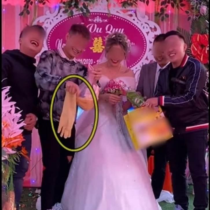 Biết em gái lười rửa bát nên ngày cưới anh trai đã lên sân khấu tặng một thứ bất ngờ, cô dâu chú rể xem xong chỉ biết cười nghẹn ngào-2
