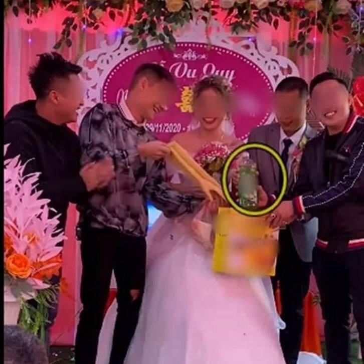 Biết em gái lười rửa bát nên ngày cưới anh trai đã lên sân khấu tặng một thứ bất ngờ, cô dâu chú rể xem xong chỉ biết cười nghẹn ngào-3