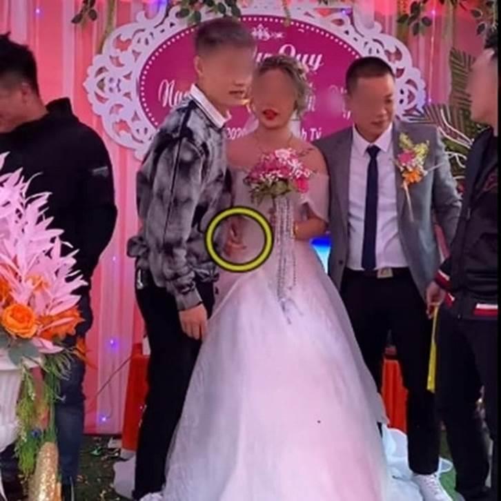 Biết em gái lười rửa bát nên ngày cưới anh trai đã lên sân khấu tặng một thứ bất ngờ, cô dâu chú rể xem xong chỉ biết cười nghẹn ngào-4