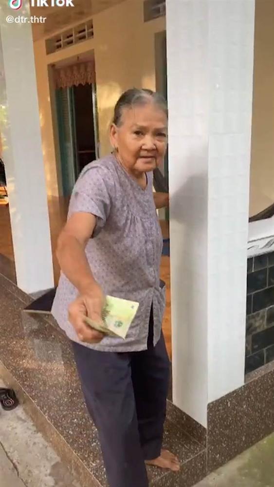 Clip xúc động: Bà nội chạy theo dúi tiền vào tay cháu rồi trấn an 'Nội có tiền, lấy đi cho nội vui'-1