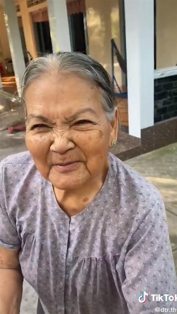 Clip xúc động: Bà nội chạy theo dúi tiền vào tay cháu rồi trấn an 'Nội có tiền, lấy đi cho nội vui'-2