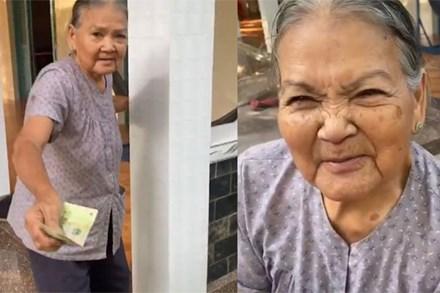 Clip xúc động: Bà nội chạy theo dúi tiền vào tay cháu rồi trấn an 'Nội có tiền, lấy đi cho nội vui'
