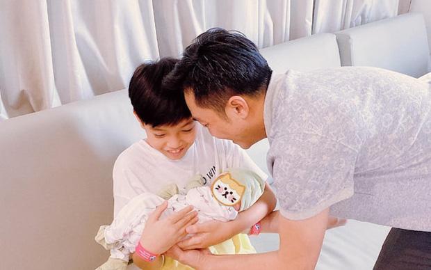 Chỉ đăng 1 bức ảnh cuối tuần, Hà Hồ đã hé lộ được luôn thái độ của Subeo đối với 2 em sinh đôi-4