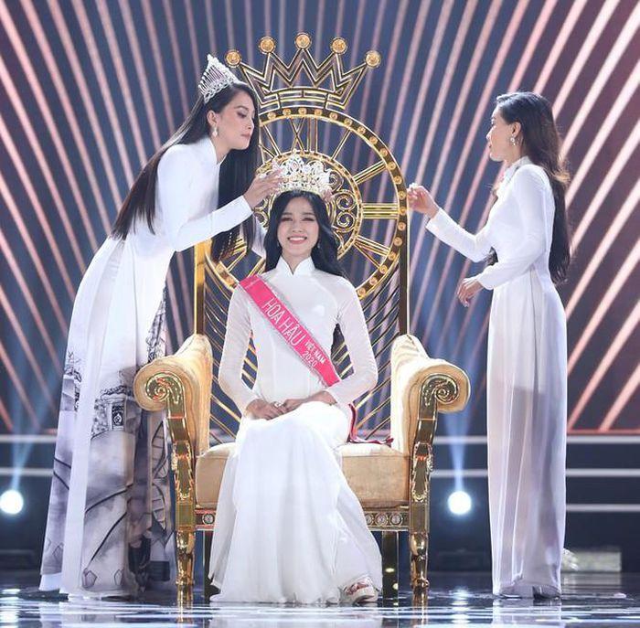 Thời khắc Đỗ Thị Hà đăng quang Hoa hậu, Tiểu Vy đã ghé sát tai đàn em để nói một câu và đến giờ mới được hé lộ-3