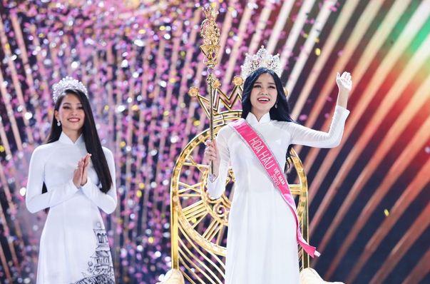 Thời khắc Đỗ Thị Hà đăng quang Hoa hậu, Tiểu Vy đã ghé sát tai đàn em để nói một câu và đến giờ mới được hé lộ-4