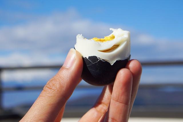 Trứng gà đen như hòn than ăn 1 quả thọ thêm 7 năm, giá gần 200.000 đồng/quả-3