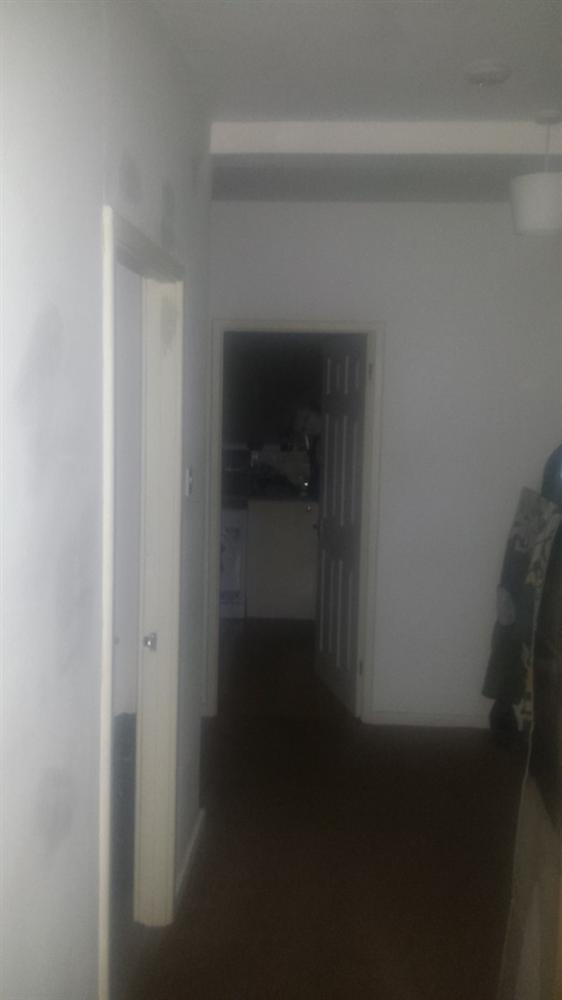 Nghe tiếng động phát ra từ trong bếp, người đàn ông giơ máy lên chụp, chẳng ngờ cho ra đời bức ảnh càng nhìn càng run sợ-1