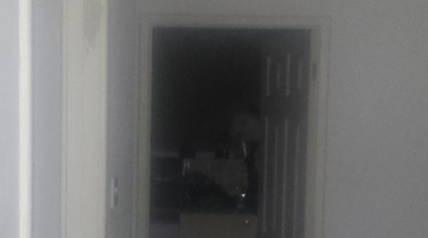 Nghe tiếng động phát ra từ trong bếp, người đàn ông giơ máy lên chụp, chẳng ngờ cho ra đời bức ảnh càng nhìn càng run sợ-2
