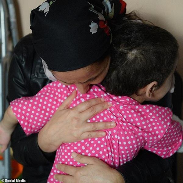 Dì ruột đưa cháu gái đến bệnh viện khám bệnh, bác sĩ thông báo phải cắt cụt tay và gọi cảnh sát, hé lộ chân tướng tàn độc-8