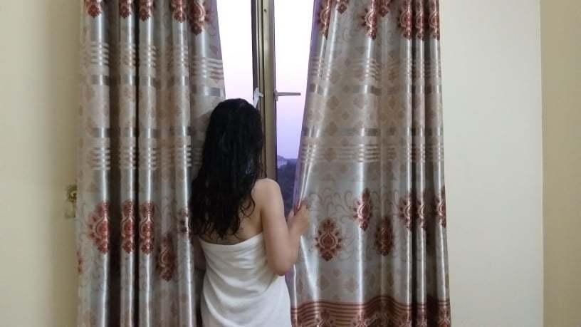 Vợ chồng đang quấn nhau trên giường thì thấy rèm cửa phòng ngủ khác lạ, cô vợ phát hoảng vì nhân vật này nấp ở đó-2