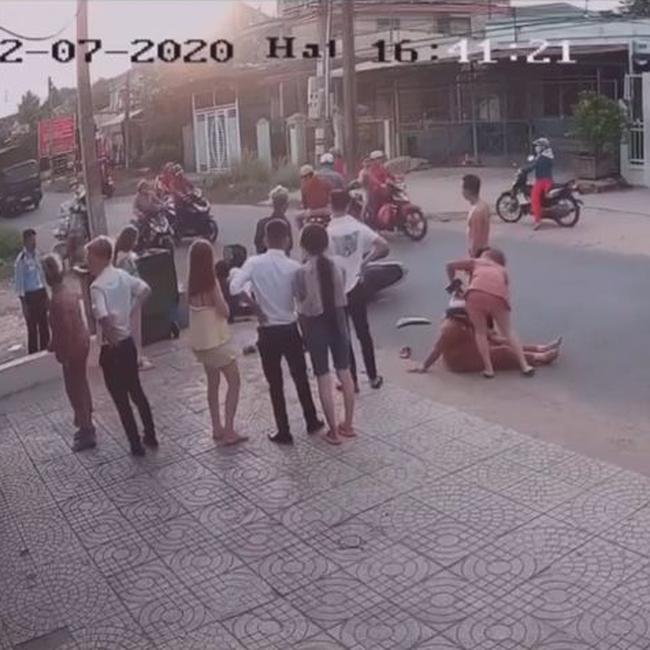 Phẫn nộ: Quay đầu xe ẩu gây tai nạn liên hoàn, gã côn đồ rút tuýp sắt đánh đập dã man nữ nạn nhân, chửi bới đe dọa người can ngăn-2