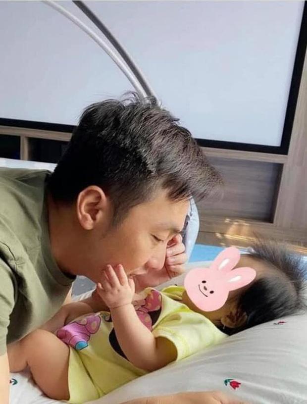 Đàm Thu Trang khoe ảnh toàn cảnh biệt thự bạc tỷ về đêm, dân tình chỉ mải nhìn khoảnh khắc cực tình của 2 vợ chồng-5
