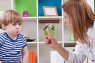 Đứa trẻ tức giận hất đổ bát mì, nhân viên phục vụ định dọn nhưng lời nói của người mẹ khiến ai cũng sốc!