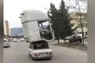 Video: Tròn mắt xem xe hơi đời cũ cõng cabin xe đầu kéo chạy bon bon trên đường