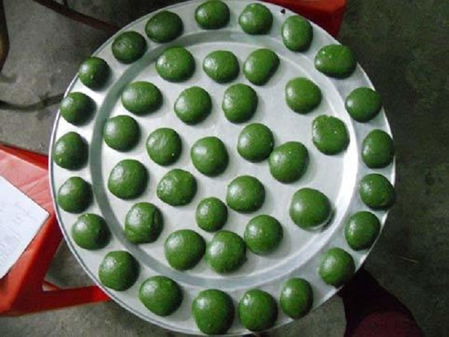 Loại bánh lạ màu xanh đặc sản miền núi hút khách Hà thành-2