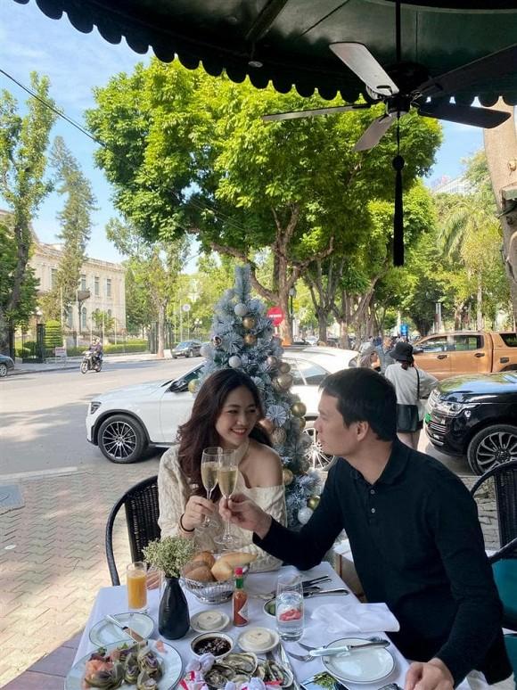 Á hậu Thanh Tú mừng sinh nhật chồng đại gia, ngọt ngào chẳng kém đêm tân hôn-11