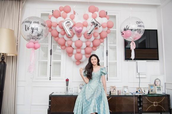 Á hậu Thanh Tú mừng sinh nhật chồng đại gia, ngọt ngào chẳng kém đêm tân hôn-8
