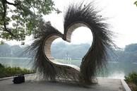 Tiểu cảnh 'trái tim lông lá' ở bờ hồ Hoàn Kiếm đã được dỡ bỏ sau khi gây tranh cãi dữ dội