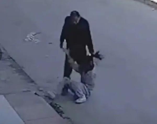 """Con gái đi đêm không về bố vừa gặp liền giáo dục"""" giữa đường, video ghi cảnh tượng này khiến ai cũng phẫn nộ và gây ra nhiều tranh cãi-2"""