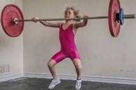 Bé gái 7 tuổi 'khỏe nhất thế giới' nâng tạ 80 kg