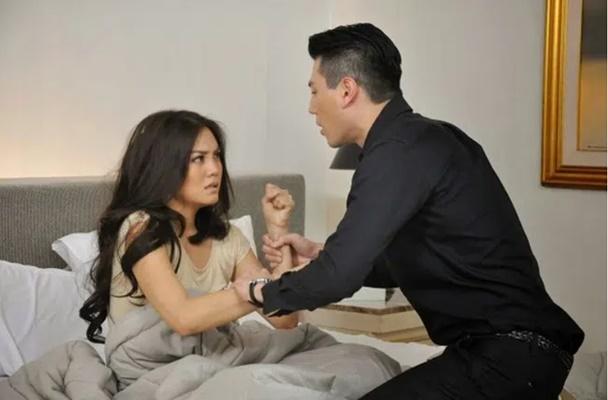 Chồng lột đồ vợ rồi lôi đến trước gương khi bị oán trách chuyện bóc bánh, 3 năm sau tình cờ gặp lại vợ cũ mà anh ta đánh rơi cả đôi đũa trên tay-1