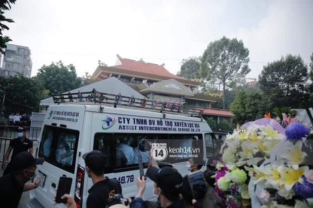 Lễ tang NS Chí Tài tại Việt Nam: Dàn nghệ sĩ nghiêm chỉnh vào lễ viếng, Việt Hương đội khăn tang và hé lộ tình trạng bà xã cố nghệ sĩ ở Mỹ-33